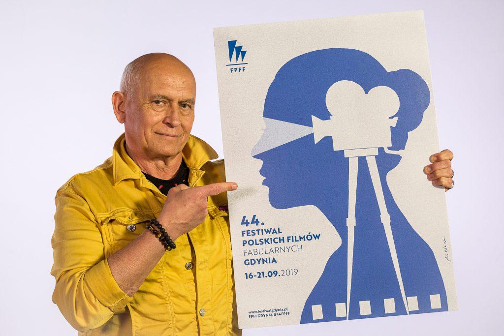 Andrzej Pągowski podpisuje plakat 44. FPFF